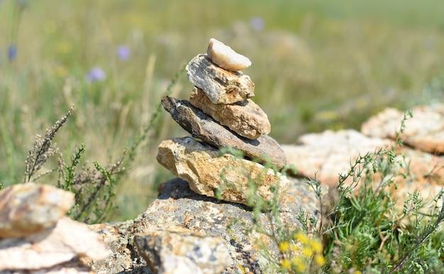 Rotsbalancering als symbool van de sjamanisme-religie op het eiland olkhon, rusland