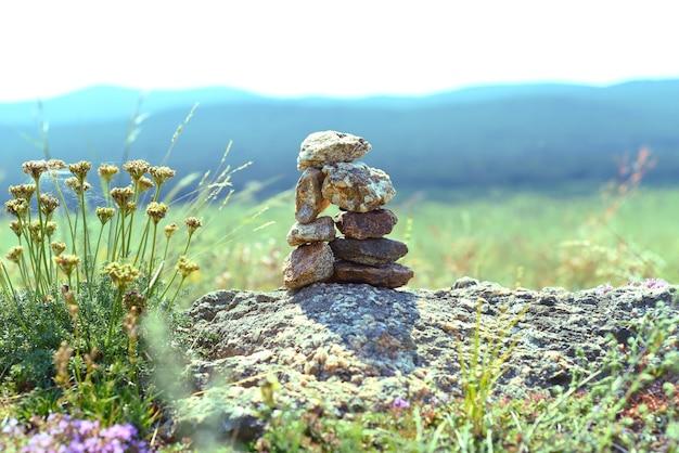 Rotsbalancering als symbool van de sjamanistische religie op het eiland olkhon
