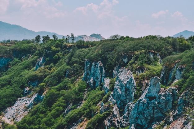 Rotsberg bij de achtergrond van de hemelmening