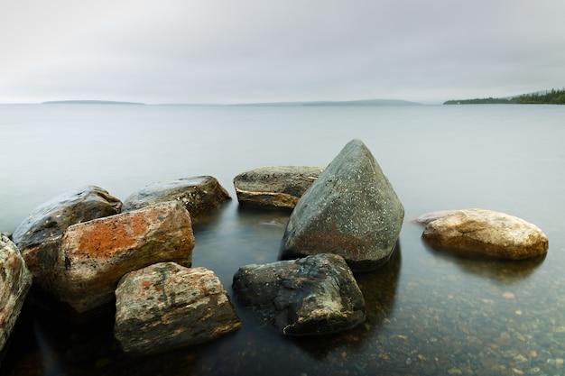 Rotsbodem in het heldere water van de zee. zachte focus