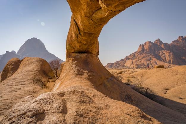 Rotsboog in het spitzkoppe national park in namibië in afrika.