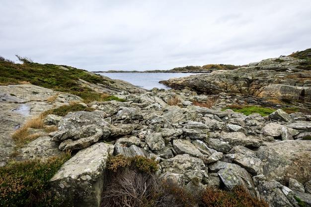 Rotsen aan zee in flekkeroya, kristiansand in noorwegen