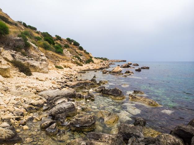 Rotsen dichtbij konnos-strand bij daglicht
