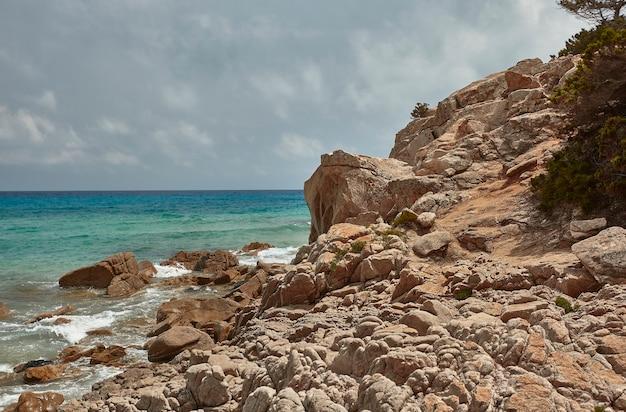 Rotsen en kliffen die een uniek profiel trekken in de rotswand van deze berg met uitzicht op de zee