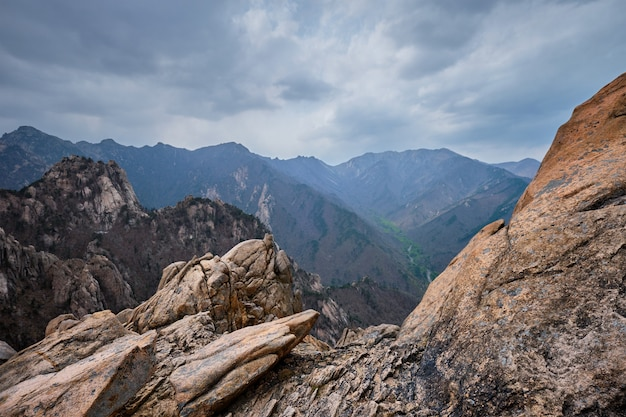 Rotsen en stenen in seoraksan national park, zuid-korea