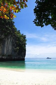 Rotsen en zee in het thais