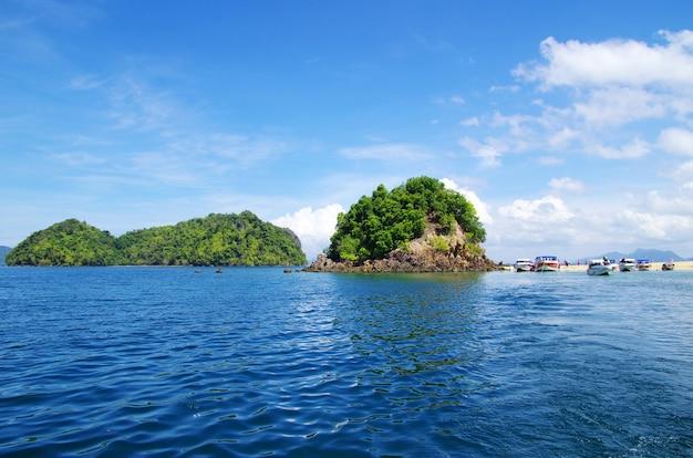 Rotsen en zee in krabi thsiland