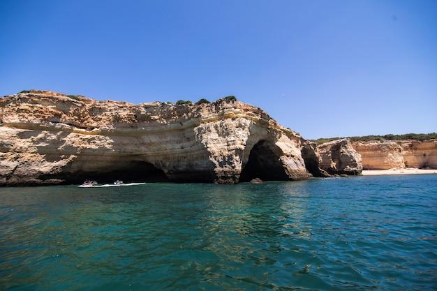 Rotsen, kliffen en oceaanlandschap aan de kust in aalgarve, portugal uitzicht vanaf de boot