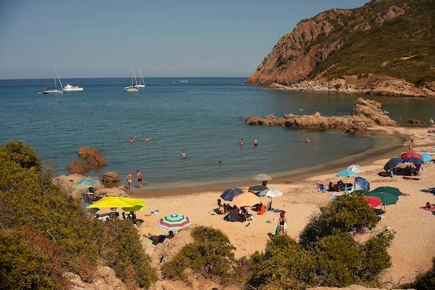 Rotsen, kristalhelder zeewater en zon het perfecte symbool van een zomervakantie in een waar paradijs