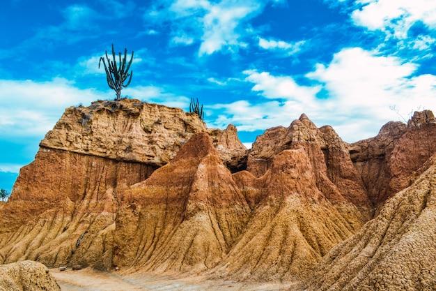 Rotsen onder de bewolkte blauwe hemel in de tatacoa-woestijn, colombia