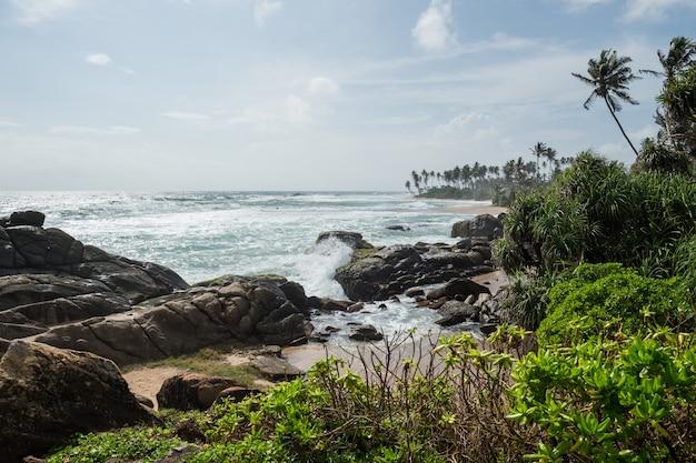 Rotsen op de kust van de indische oceaan, galle, sri lanka