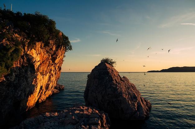 Rotsen op de zee in montenegro rotsachtige kust wild strand