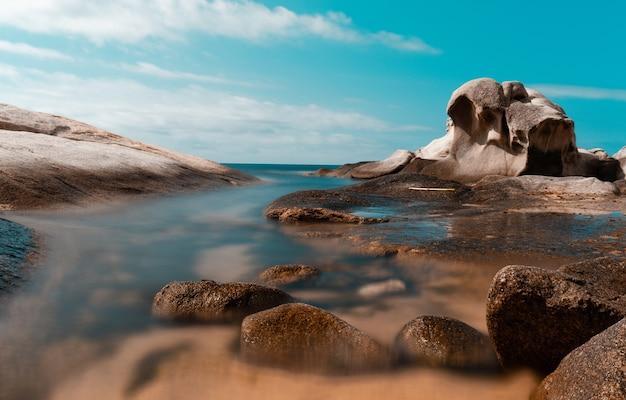 Rotsen op een kust met een blauwe hemel