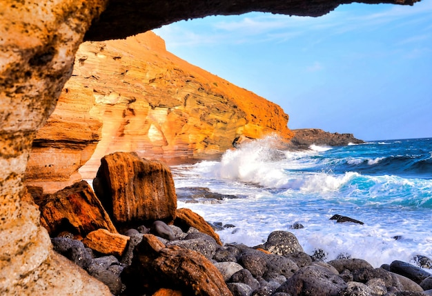 Rotsen op het lichaam van de schuimende zee op de canarische eilanden
