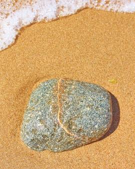 Rotsen op het zand. zand met rots bij een strand macrofotografie.