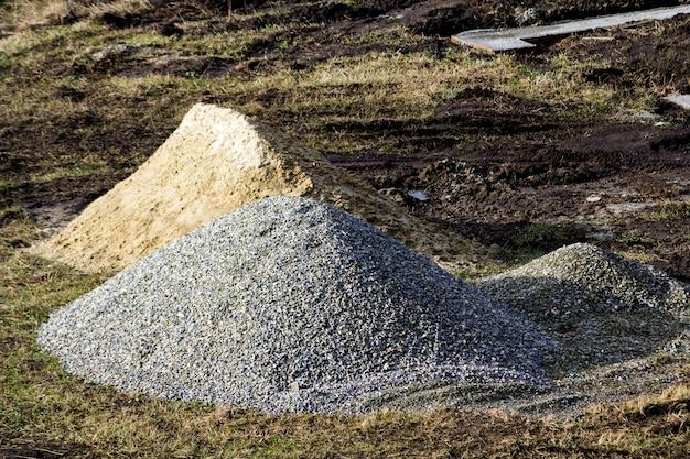 Rotsen van de bouw de industriële plaats en zandstapel