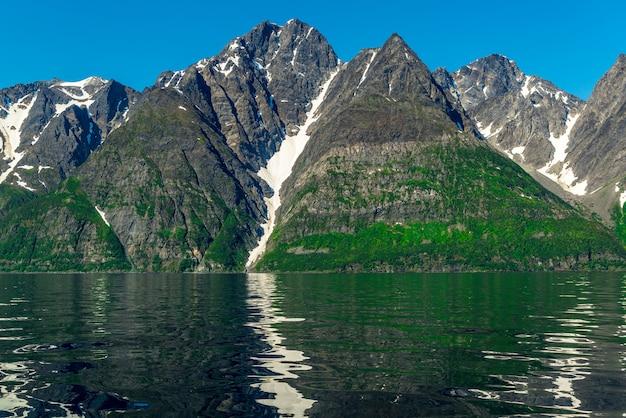 Rotsen van de sognefjord, de op twee na langste fjord ter wereld en de grootste in noorwegen.