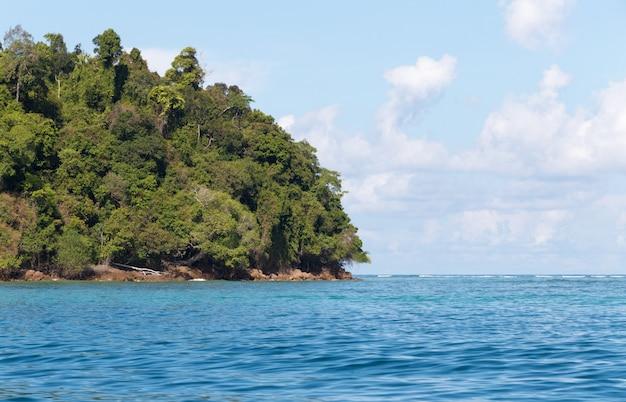 Rotsen, zee en blauwe lucht