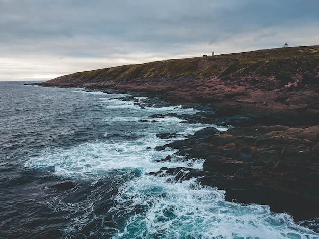 Rotsformatie en golven van de zee