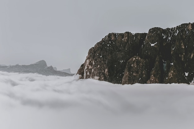 Rotsformatie omringd door wolken