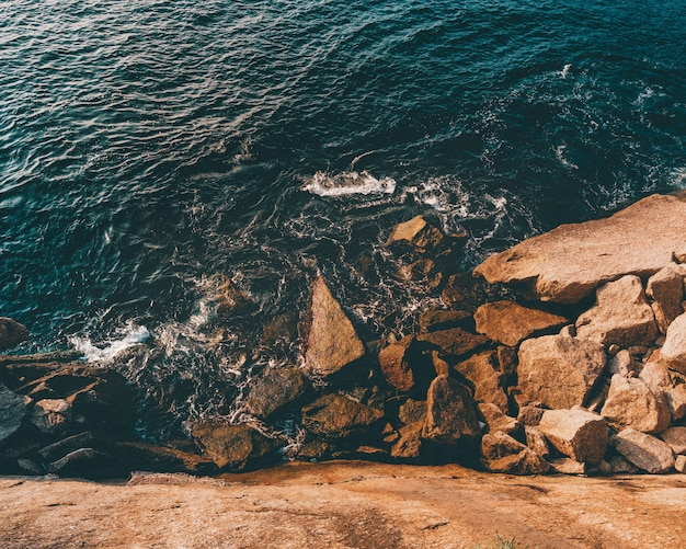 Rotsformaties bij de zee in niteroi