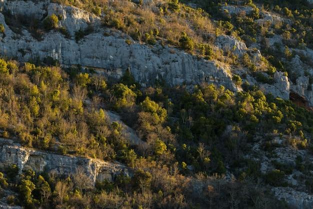 Rotsformaties in de bergen in istrië, kroatië in de herfst
