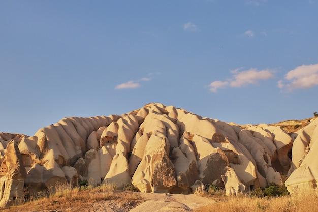 Rotsformaties in rose valley capadoccia in goreme, turkije