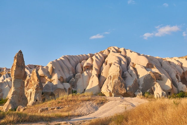 Rotsformaties in rose valley capadoccia in goreme, turkije