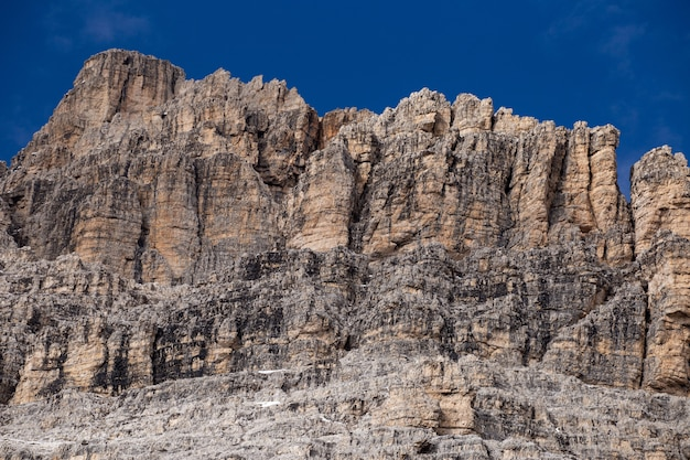 Rotswanden van de italiaanse alpen onder de hemel