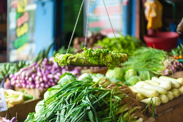 Rotte bladsla op een vertoningstribune van een groentestall