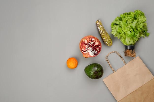 Rotte groenten en fruit met papieren zak
