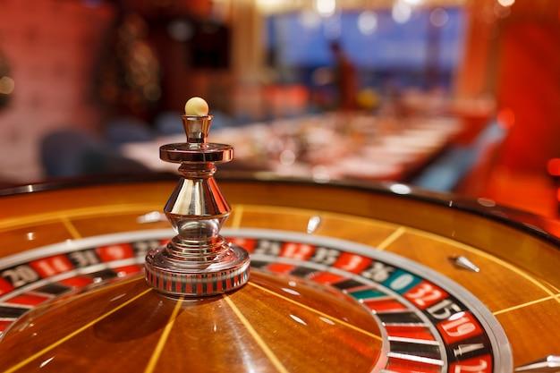 Roulette, chips en bal voor het casino in het interieur van de club.