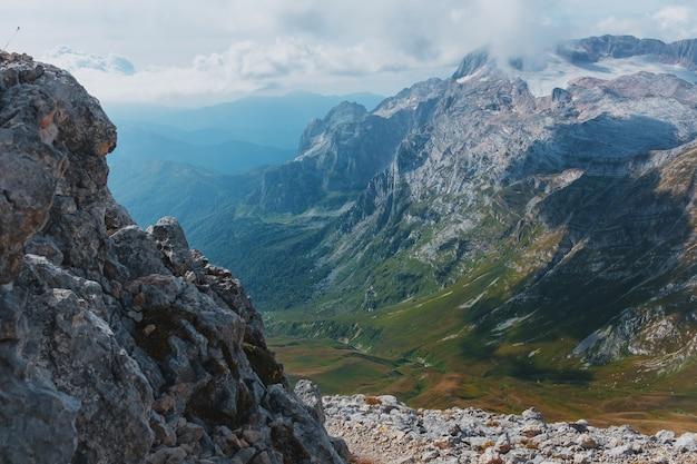 Route door bergtoppen en heuvels door majestueuze landschappen