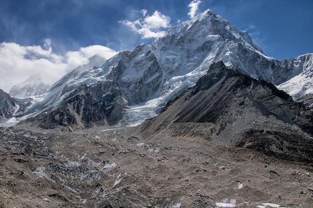 Route naar everest-basiskamp en uitzicht op morene en bergen in nepal