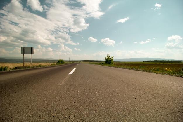 Route zonder auto's in de zomer dicht omhoog perspectief asfalt