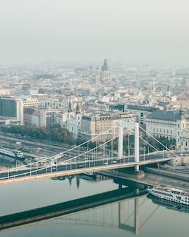 Rouw weergave van boedapest stad en elizabeth brug met reflectie in de rivier de donau