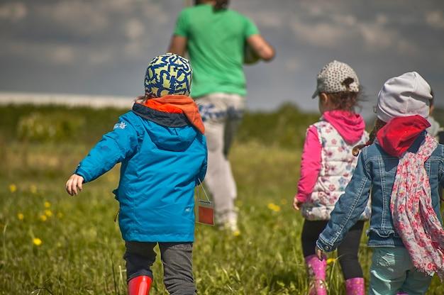 Rovigo, itali 21 juli 2021: kinderen rennen buiten in de tuin