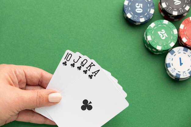 Royal flush en casinofiches op groene achtergrond