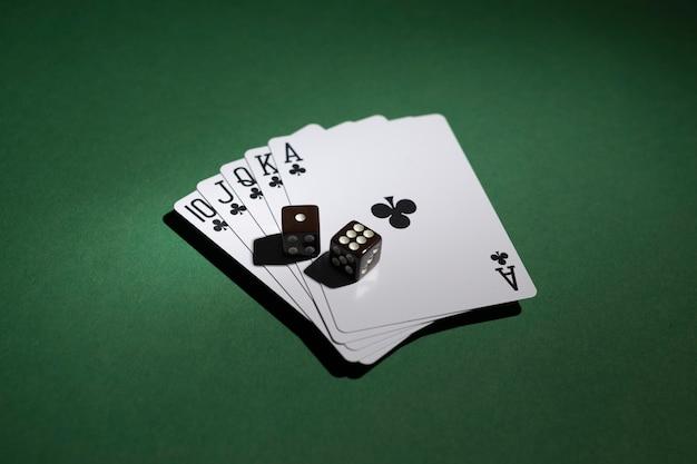 Royal flush kaarten met dobbelstenen op groene achtergrond