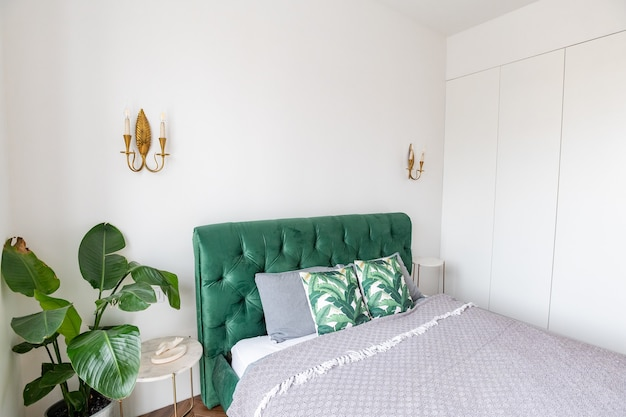 Royale tweepersoonsslaapkamer met grote schuiframen en hoge plafonds.