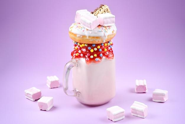 Roze aardbeienfreakshake met marshmallow en snoep