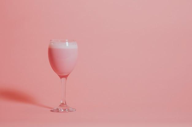 Roze aardbeimelk