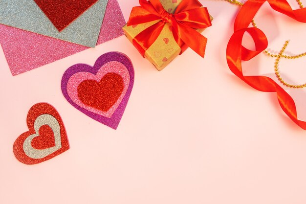Roze achtergrond met rode harten. bovenaanzicht. valentijnsdag.