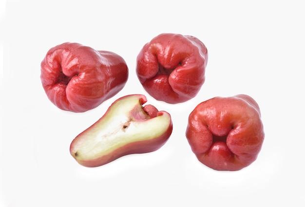 Roze appel op witte achtergrond.