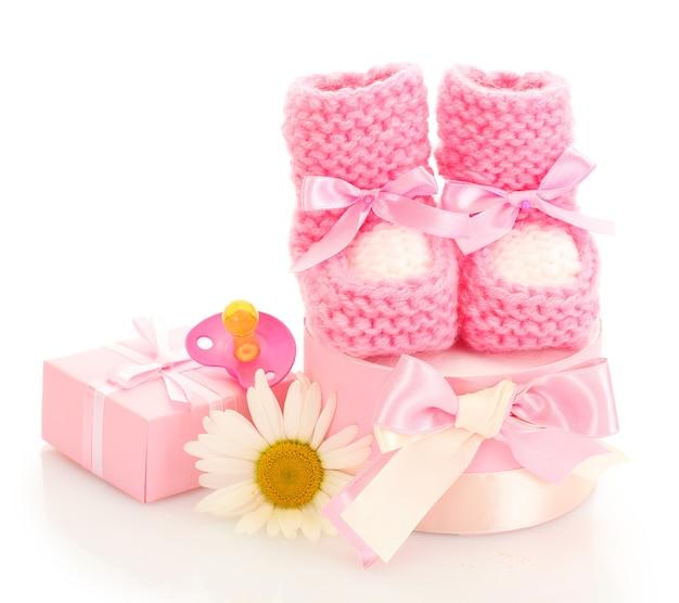 Roze babylaarzen, fopspeen, geschenken en bloem geïsoleerd op wit
