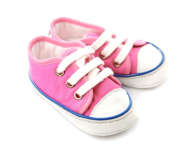 Roze babyschoeisel - gymschoenen die op wit worden geïsoleerd