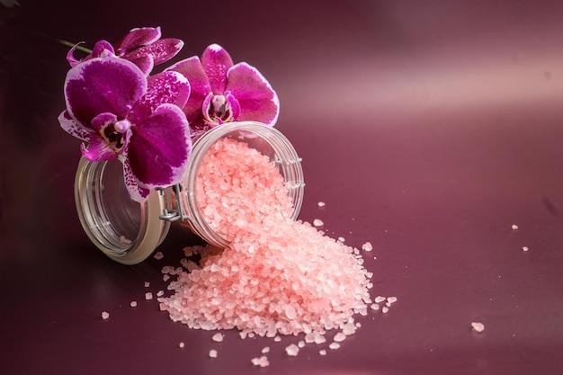 Roze badzout met orchideebloem op wijnachtergrond. hoge kwaliteit foto