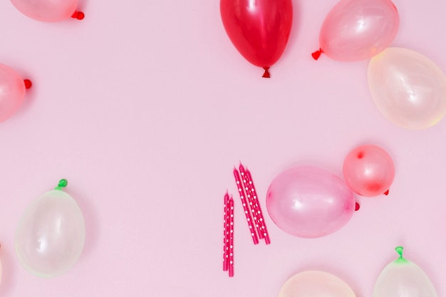 Roze ballonnen arrangement op roze achtergrond