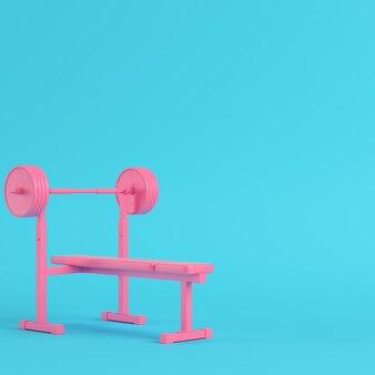 Roze barbell met bankje met bal op heldere blauwe achtergrond