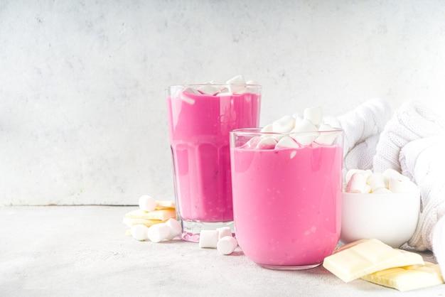 Roze biet latte, bieten warme chocolademelk met marshmallow, moderne zoete biologische veganistische drank